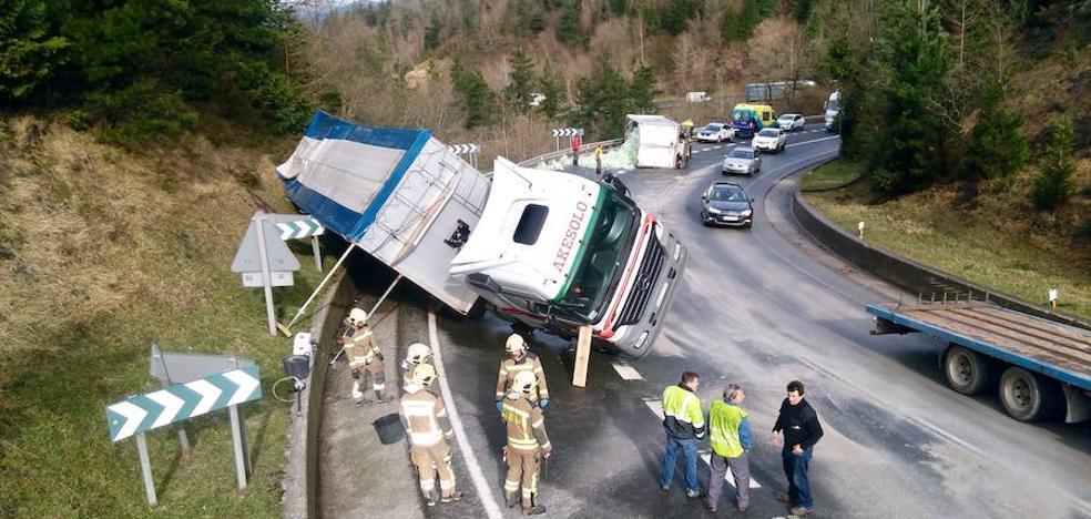 El choque de dos camiones provoca el corte de un carril en el alto de Barazar