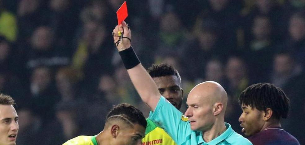 El árbitro del PSG-Nantes pide perdón: «Fue un gesto torpe e inapropiado»