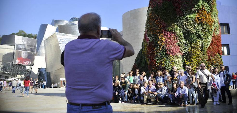 El número de turistas que visitan Euskadi aumenta y se reparte a lo largo del año