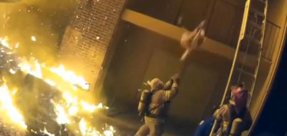 El increíble rescate de un bombero que atrapa a una niña lanzada desde su piso en llamas