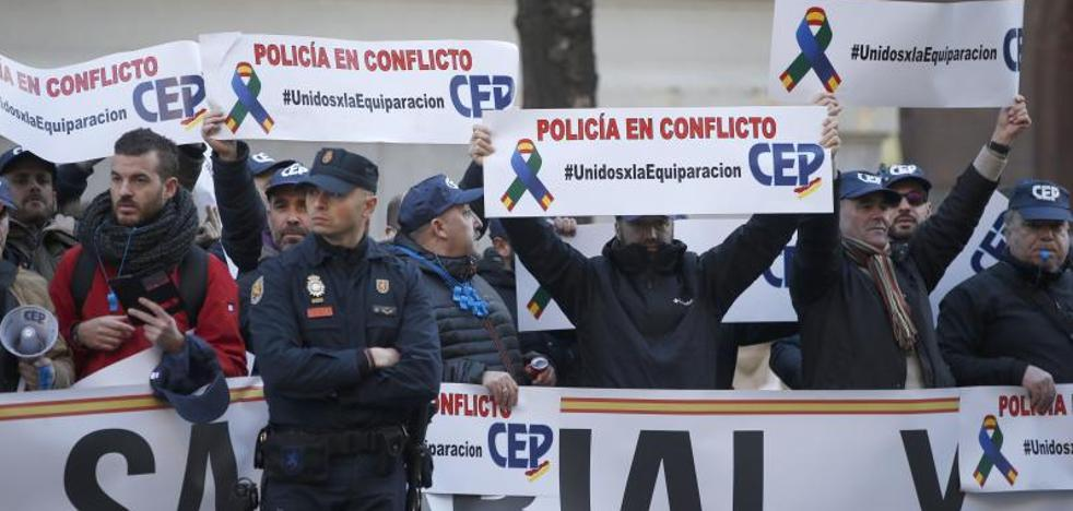Interior ofrece a policías y guardias civiles una equiparación «total» de 1.500 millones en tres años