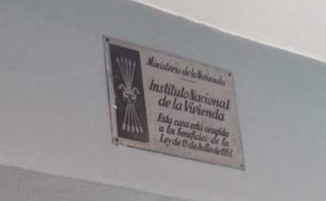 Ermua trabaja en la eliminación de símbolos franquistas en las fachadas