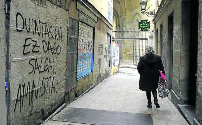 Limpiar las pintadas del Casco Viejo en apoyo a los presos de ETA costará más de 8.000 euros