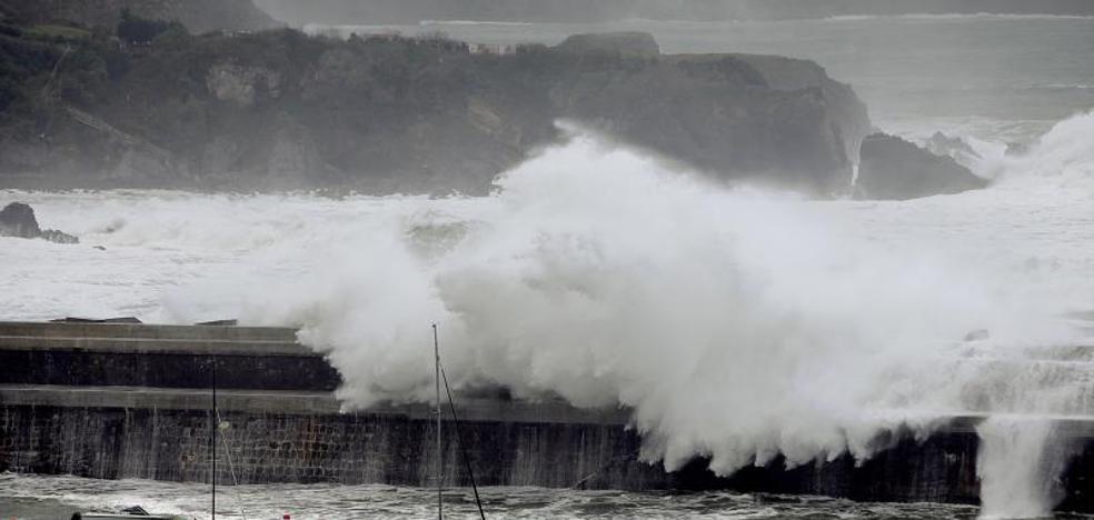 La costa vizcaína, en alerta esta madrugada por el temporal de olas