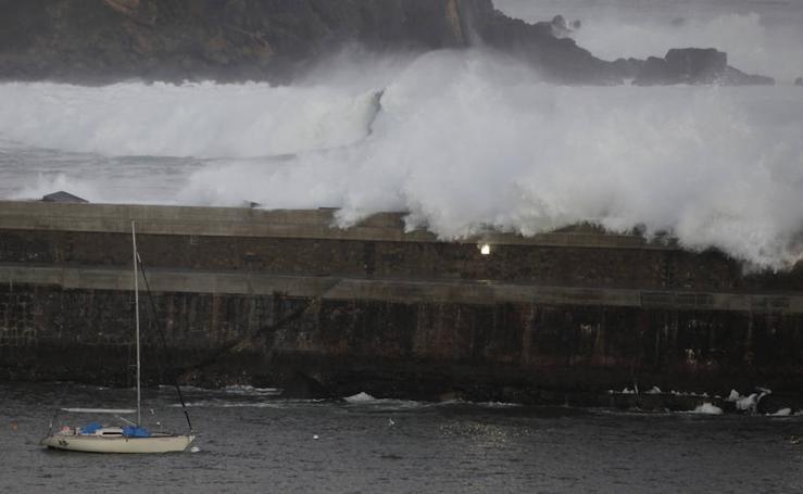 Las olas azotan la costa vizcaína