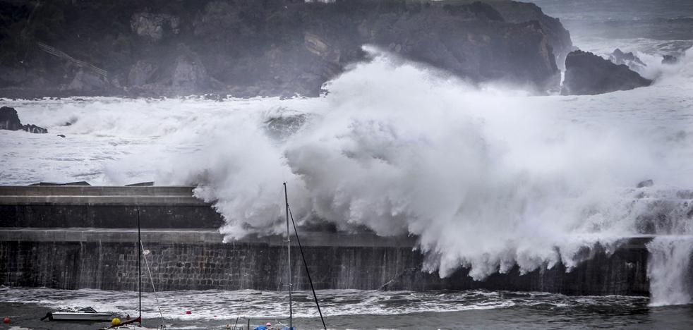 Las grandes olas siguen golpeando la costa vizcaína