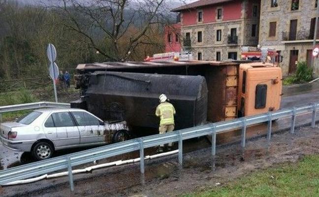 Dos heridos, uno de ellos grave, tras el accidente entre dos turismos y un camión en la N-634 a su paso por Iurreta
