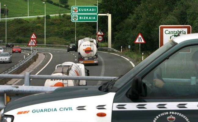 Un conductor vizcaíno sin carné se salta varios controles y huye en sentido contrario en Castro Urdiales