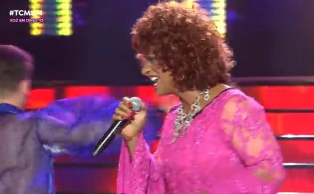 Carlos Baute impacta convirtiéndose en Celia Cruz