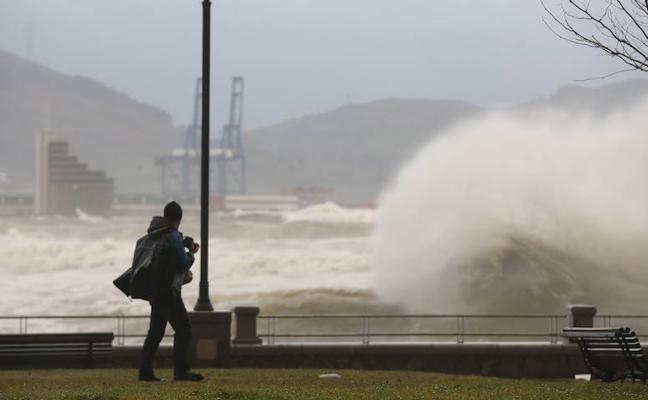 Aviso amarillo en las costas de Euskadi con olas de hasta cuatro metros