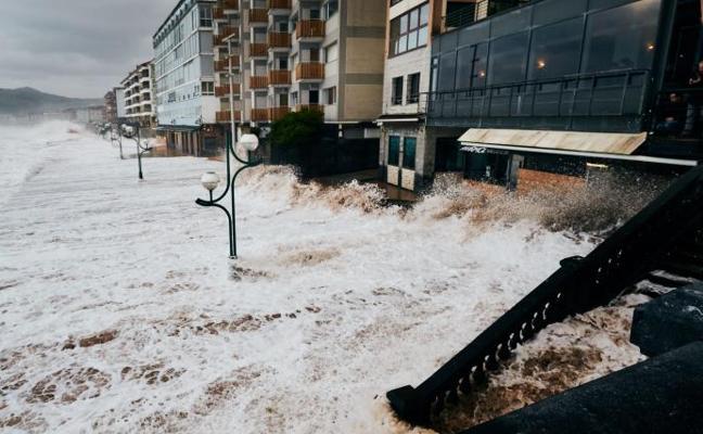 Fallece una mujer de 90 años tras caer al mar y ser arrastrada por las olas en Zarautz