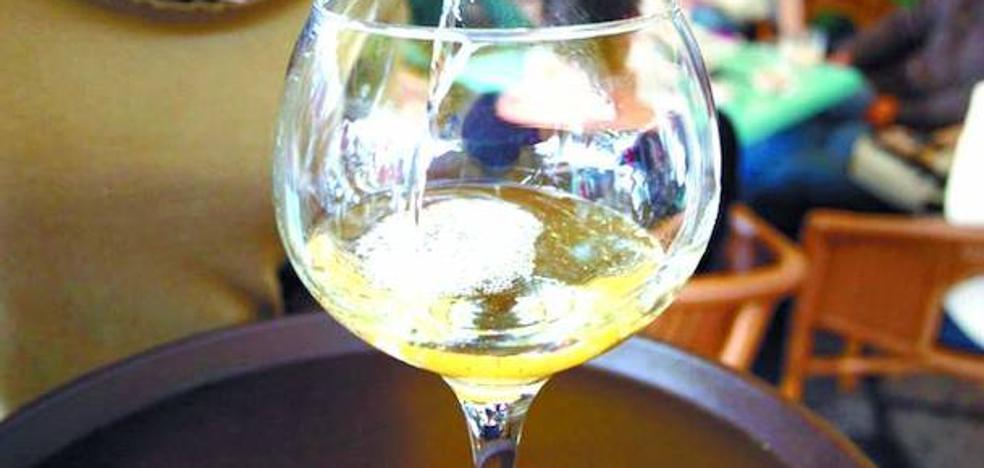 Condenan al dueño de un bar de Irún tras servir por error lavavajillas en lugar de mosto