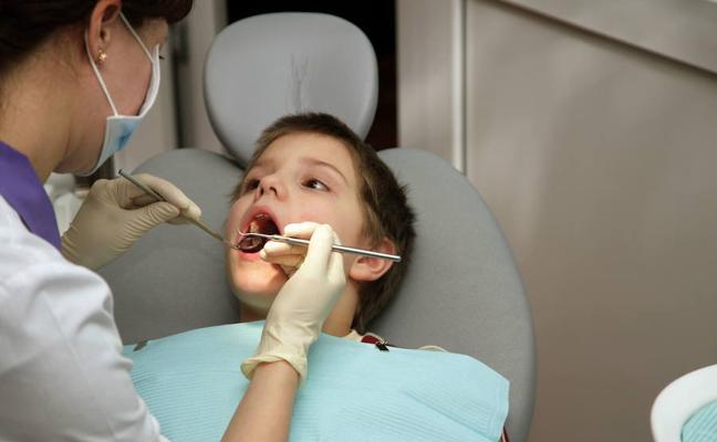 El Gobierno vasco anima a 156.000 familias a llevar a sus hijos gratis al dentista