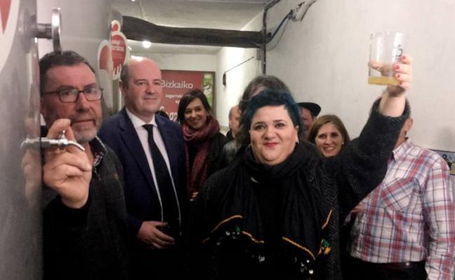 La cantante de Zea Mays abre el primer 'txotx' de la temporada de sidra vizcaína