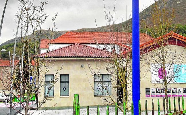 Kuartango y Ribera Alta se movilizan para no perder a su joven médico con la reincorporación del anterior