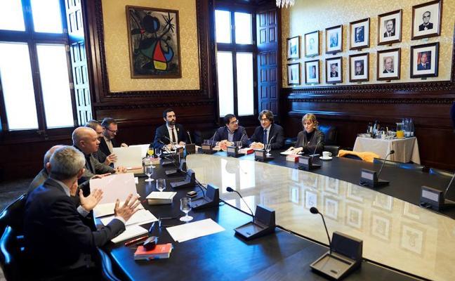 La Mesa de la Cámara catalana esquiva la suspensión preventiva de la investidura