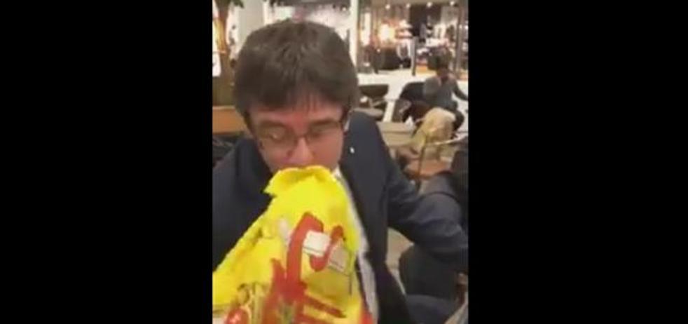 Un joven hace besar la bandera de España a Puigdemont
