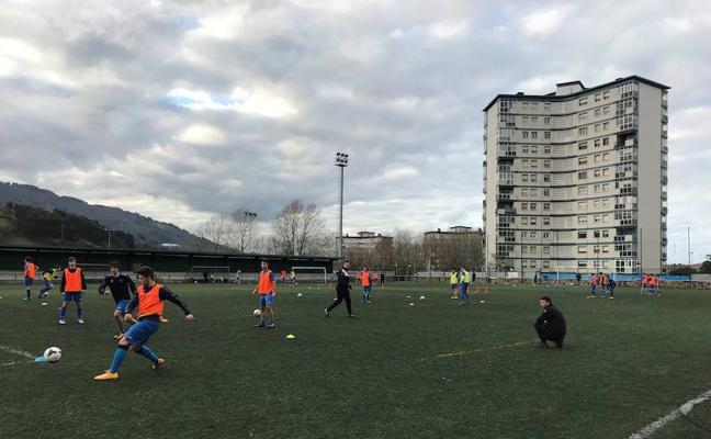 350 firmas piden el arreglo de un campo de fútbol en Barakaldo