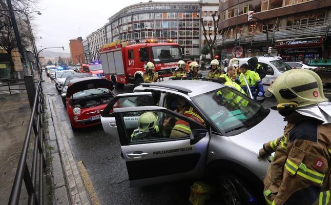 Cinco heridos en un choque entre tres vehículos en Deusto