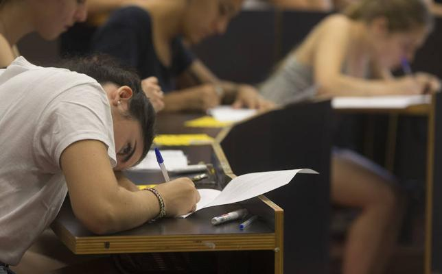 El PSOE busca el respaldo del Congreso para que a los universitarios que aprueben les salga gratis la carrera