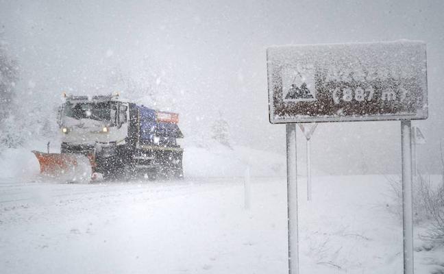 La nieve provoca un accidente con dos heridos en el puerto de Herrera