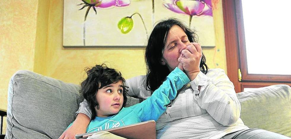 Raquel lleva la lucha por su hija al Parlamento vasco