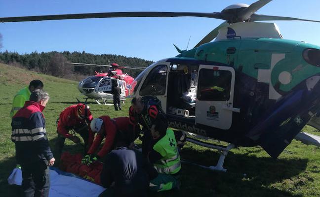 Rescatan en helicóptero a un motorista accidentado en Sollube