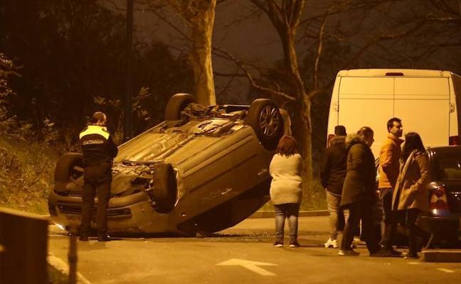 Un coche vuelca y deja cortada la calle Arrontegi de Barakaldo