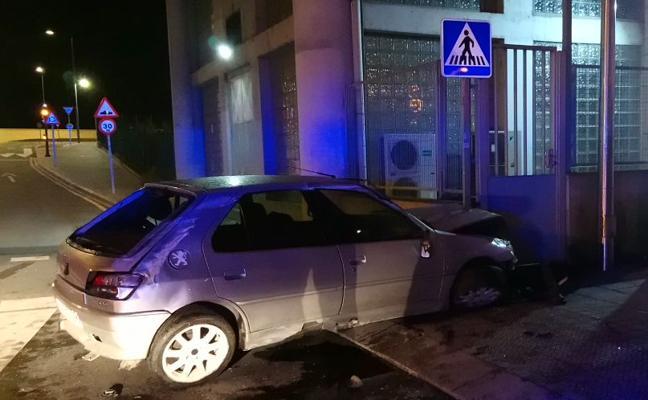 Se da a la fuga tras colisionar contra un vehículo estacionado en Bolueta
