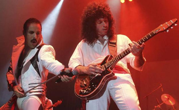 El cantante y guitarra de God Save The Queen, calcando a Freddie Mercury y Brian May. /EFE