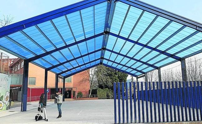 Los alumnos del Ignacio Aldekoa de Erandio estrenan patio cubierto