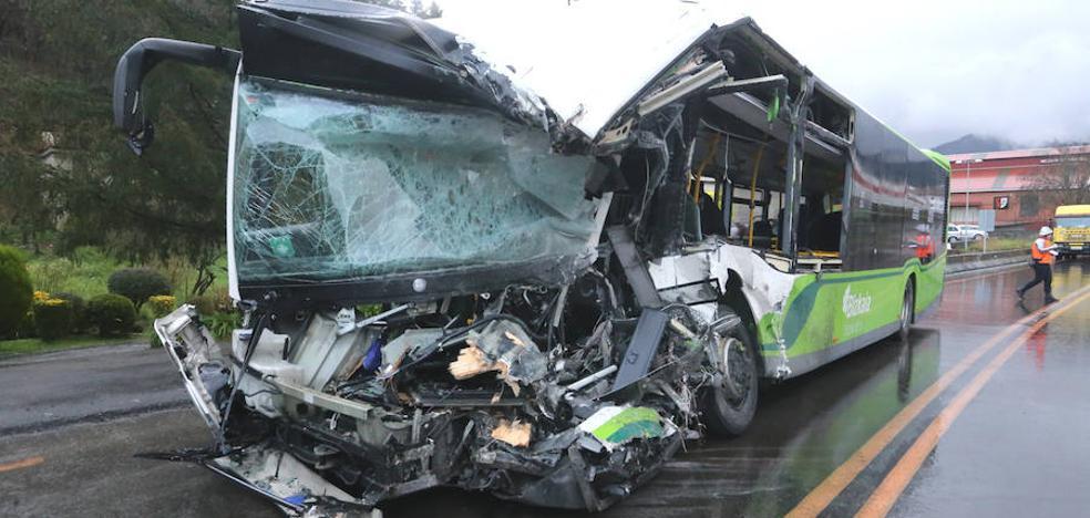 Dos muertos en un brutal choque entre un Bizkaibus y un camión en Galdakao