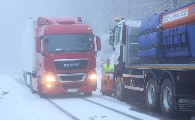 La nieve dificulta la circulación en las carreteras vascas