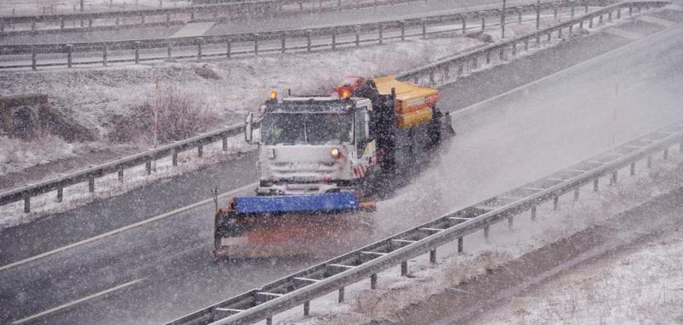 Casi una treintena de carreteras de la red secundaria permanecen cortadas por nieve y hielo