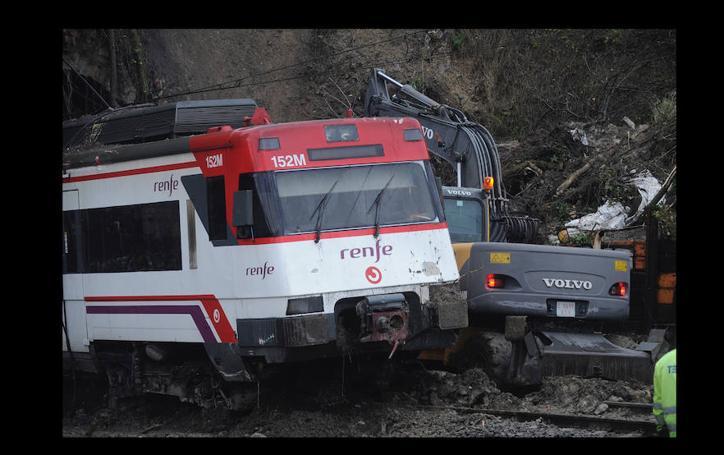 Los trabajos de retirada del tren descarrilado en Sestao