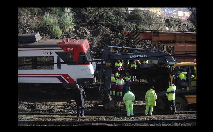Comienza la retirada del tren descarrilado en Sestao