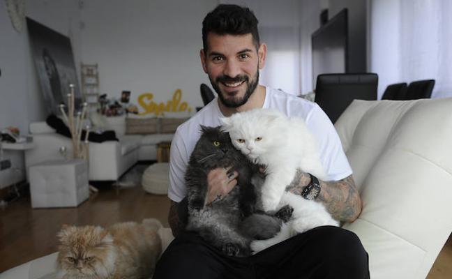 Iago Herrerín: «Es una maravilla despertarte con los tres gatos alrededor»