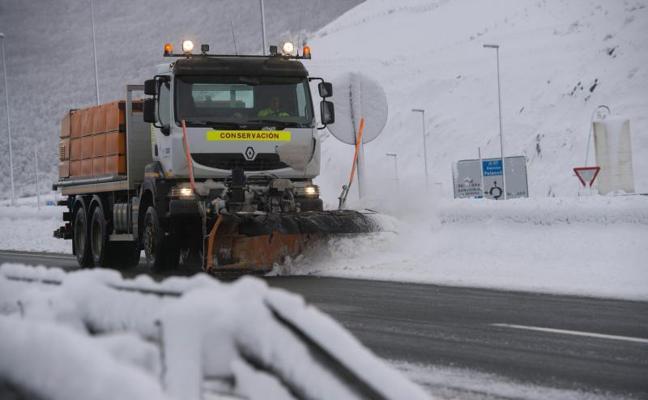 La nieve obliga a cortar 18 carreteras y en 80 es obligatorio usar cadenas