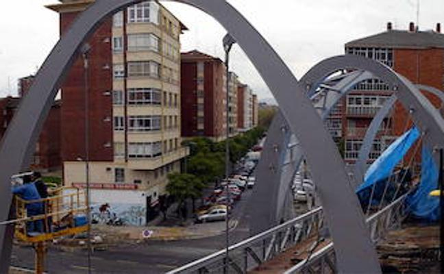 Piden internar en un centro médico al hombre que lanzó a su perro desde un séptimo piso en Vitoria