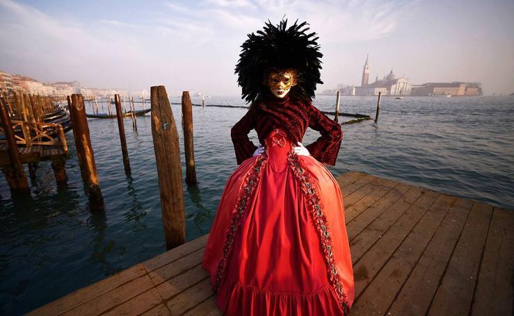 Escenas de carnaval transforman Venecia
