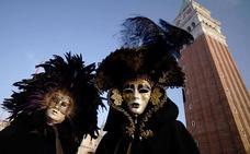 Escenas de carnaval que transforman Venecia