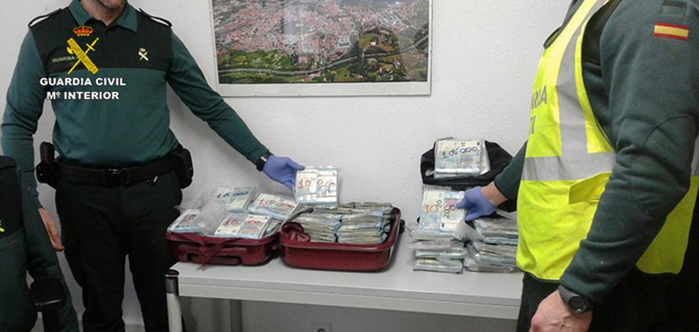 Interceptan en la frontera de Irún a un hombre con medio millón de euros sin declarar