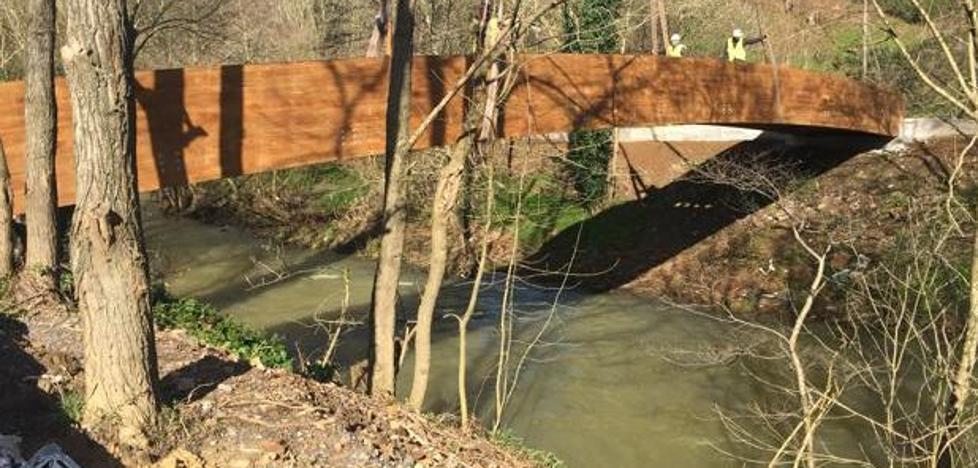 Instalan la primera de las pasarelas que completarán el paseo fluvial de Muskiz