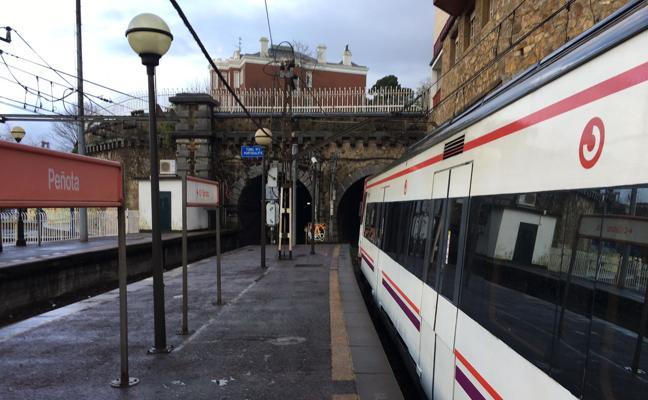 Cien viajeros atrapados una hora y a oscuras en un tren en el túnel de Peñota