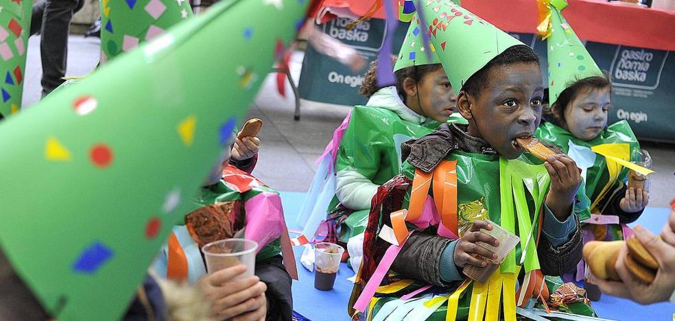 Los escolares vencen al frío y celebran el carnaval en la Plaza Nueva