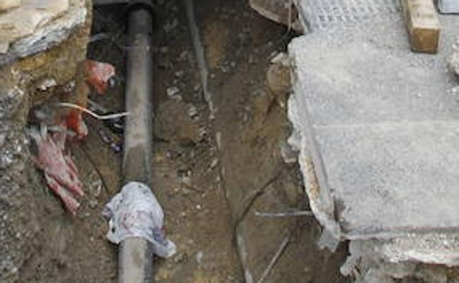 La rotura de una tubería deja sin agua a los barrios de Santiago y Olabeaga durante más de cinco horas