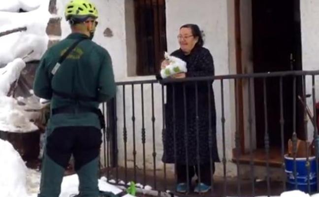 La Guardia Civil esquía cinco kilómetros para llevar medicinas a una vecina de Asturias