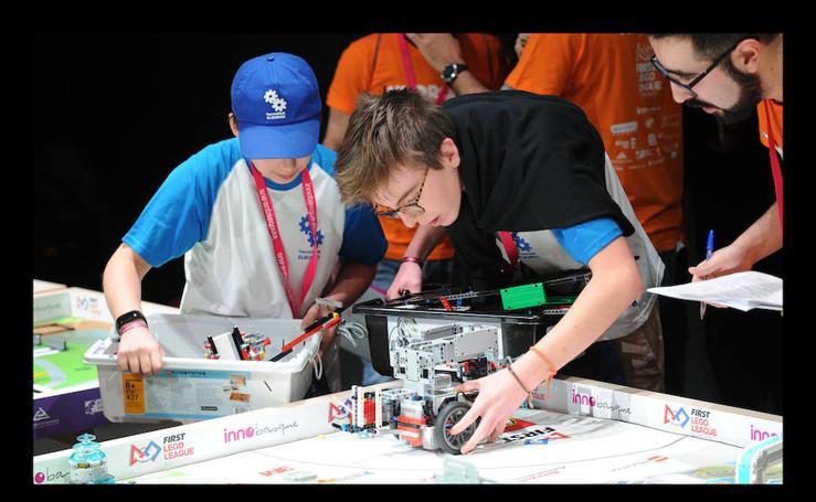1.200 escolares compiten en Vitoria en la final vasca del torneo internacional First Lego