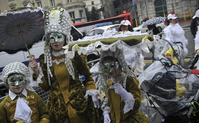 La lluvia agua el Carnaval de Bilbao