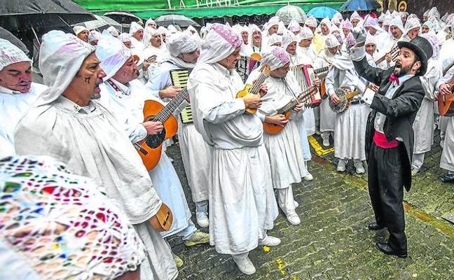 Carnavales de punta en blanco en Mundaka